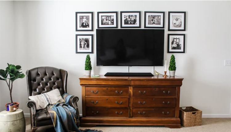 قاب عکس سیاه و سفید روی دیوار تلویزیون