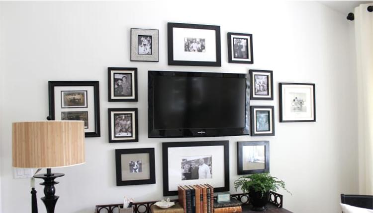 چیدمان دیوار تلویزیون با قاب عکس
